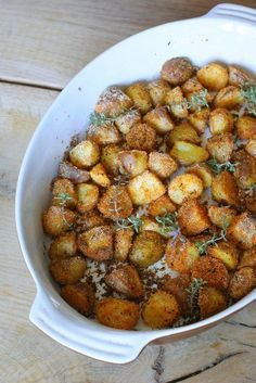 Very crispy, baked potatoes - Components 1 kg of young or ordinary potatoes salt, pepper to taste a teaspoon of sweet pepper teaspoon of dried thyme 3 tablespoons semolina tablespoons of lard Easy Healthy Recipes, Easy Meals, Easy Cooking, Cooking Recipes, Food Inspiration, Love Food, Food To Make, Food And Drink, Yummy Food