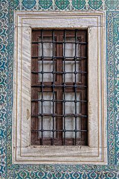 Madeira, vidro, ferro forjado, azulejos. Janela de harem.  Fotografia: Ruben Sanchez.
