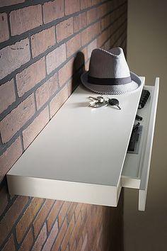 Astucieuse, cette étagère laquée blanc abrite un astucieux tiroir. L 80 x 25 x H 5 cm. Leroy Merlin.