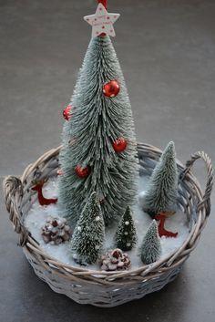 Karácsonyi asztal 2016 Christmas Table Decorations, Christmas Ornaments, Holiday Decor, Christmas Ideas, Craft Party, Snow Globes, Diy And Crafts, Victoria Beckham, Home Decor