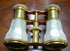 http://www.la-timonerie-antiquites.com/fr/antique/1086/paire-de-jumelles-de-theatre-en-nacre-et-laiton-dore-france-1860