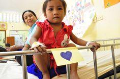 Arun in Cambogia è in attesa di essere operata, lei è veramente una bimba dal cuore blu e il post it è appiccicato a lei fino a quando i nostri medici le salveranno la vita…