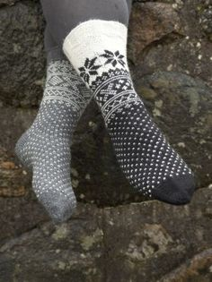 Lace Knitting, Knitting Socks, Knit Socks, Crochet Slippers, Knit Crochet, Knitting Designs, Knitting Patterns, Leg Warmers, Bunt