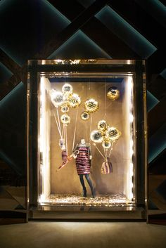 CONTRASTE POR LUZ Burberry's display for the holidays. These balloons look like giant champagne bubbles Visual Merchandising Displays, Visual Display, Display Design, Design Shop, Christmas Window Display Retail, Store Window Displays, Booth Displays, Retail Displays, Retail Store Design