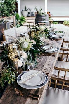 mesa posta com plantas e estilo tropical, rústica