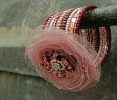 Podívej, kvete růže Kvalitní český skleněný rokaj i s metalickou úpravou a květinová textilní aplikace zdobená kovovým korálkem a skleněným rokailem 13 otoček, průměr 6 cm, výška5 cm Pokud máte speciální přání ve velikosti nebo barevných variantách, navštivte prosím můj blog věnovaný právě paměťovým náramkům (a nejen jim)