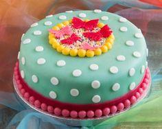 Stippentaart met vlinders - Vrolijke gevulde marsepeinen taart met stippen en vlinders.