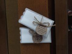 Taschentücher in Pergamentpapier gewickelt für die Freudentränen... einfach dem Kirchenheft auf der Bank beigelegt
