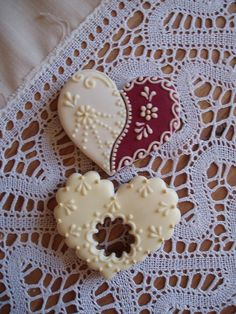 Gingerbread - Heart gorgeous fine icing detail - I can't image having the time to do this but gosh aren't they pretty