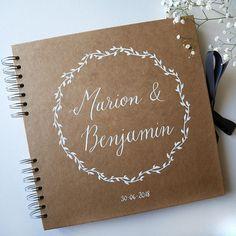 Pour un mariage unique, proposez à vos invités un livre dor personnalisé avec les prénoms des mariés. Confiez-moi vos prénoms (et la date si souhaitée) et je calligraphie ces éléments à la plume à sur un très joli livre dor en kraft. - DESCRIPTION PRODUIT - Carnet en kraft