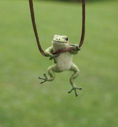 Tiny Frog Necklace - needle felted .........................................................................................................Schmuck im Wert von mindestens   g e s c h e n k t  !! Silandu.de besuchen und Gutscheincode eingeben: HTTKQJNQ-2016