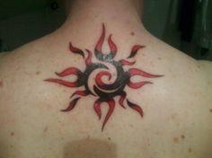 Tatuaje de un sol en rojo y negro