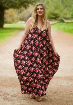 A plus size bohemian style vintage pink rose printed, flowy, oversized-fit dress will keep you comfy all day long. You will love the cool hidden side pockets and the round neckline, perfect for many occasions like work or a more casual day. Full Figure Dress, Full Figure Fashion, Plus Size Bohemian, Bohemian Style, Plus Size Fashion For Women, Plus Size Womens Clothing, Plus Size Maxi Dresses, Nice Dresses, Amazing Dresses