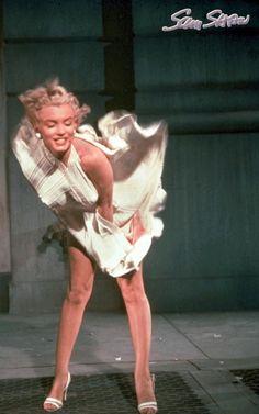"Marilyn Monroe on the set of ""The Seven Year Itch"". Photo by Sam Shaw, by kellie Marilyn Monroe Fotos, Norma Jean Marilyn Monroe, Joe Dimaggio, Divas, Pin Up, Cinema Tv, Howard Hughes, Norma Jeane, Mode Vintage"