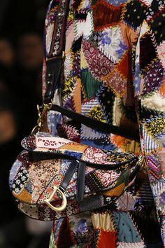 Dior signe le retour du Saddle Bag, sac incontournable de Carrie Bradshaw dans Sex and the City | Vogue