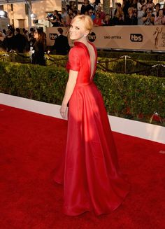 Anna Faris wore a red #NaeemKhan open back gown to the #SAGawards. #SAGAwards2016