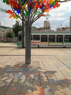 Arbre multicolor designed by Phlippe Million - Parvis gare de Châteaucreux à Saint-Etienne et tramway STAS @Marion Richez