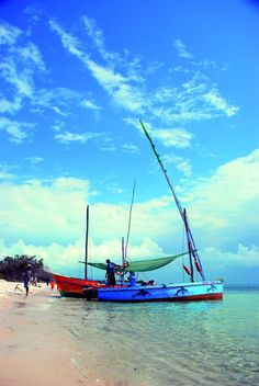 Fishing boats along the shore at Praia do Tofo ~ Mozambique Maputo, Places To Travel, Places To See, Out Of Africa, Africa Travel, Amazing Destinations, Fishing Boats, Beach Trip, Cyprus