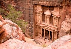 Azja. Petra, Jordania.  Petra w południowo-zachodniej Jordanii to skalne miasto pełne świątyń i grobowców. Te imponujące obiekty wykuli w miękkich skałach piaskowca Nabatejczycy ok. 2 tys. lat temu. Wiele z nich powstało w ścianach urwisk. Liczba zabytków sięga niespełna tysiąca. Petra to jeden z nowych siedmiu cudów świata.