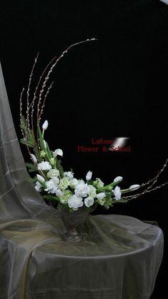 sp on Blumengestecke Contemporary Flower Arrangements, Creative Flower Arrangements, Ikebana Flower Arrangement, Church Flower Arrangements, Church Flowers, Floral Arrangements, Diy Flowers, Flower Decorations, Paper Flowers