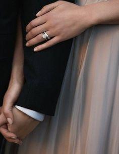 Yakın çekim, elele tutuşan gelin ve damat, gelinin alyansı ön planda düğün fotoğrafı pozu | Kadınca Fikir - Kadınca Fikir