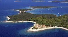 Dugi otok - Isola Lunga - Croazia Deve il suo nome alla sua lunghezza di ben 45 km! È un'isola di grandi diversità geomorfologiche. La parte sud-orientale della costa, che finisce con il Parco naturale Telašćica, entrando nelle isole Kornati, è formata da rocce alte e ripide da