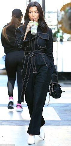 9 Looks de Kourtney Kardashian para copiar agora. Macacão utilitário azul marinho, sapato de bico fino