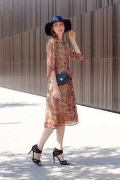 Outfitpost 'Bohème Chic' with a printed dress, Heels, a Tory Burch bag and my favorite hat.