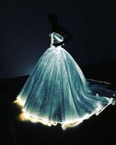 Claire Danes usa vestido que brilha no escuro em baile de gala