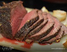 Ромштекс Запекайте мясо с нарезанным луком до необходимой степени прожарки. Охладите немного после духовки и нарежьте на порционные куски. Можно подавать с отварным картофелем, овощами или на бутербродах. #готовимдома #едимдома #кулинария #домашняяеда #мясное #блюдо #мясо #запеченное #прожарка #духовка #порционное #гарнир