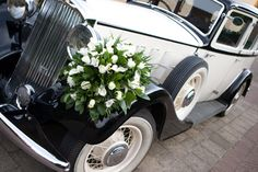 I just love the extravagance of flowers to decorate the bridal car.