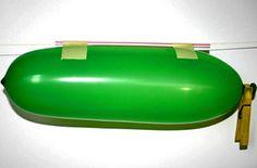 Bei diesem Experiment lernen die Kinder das Rückstoßprinzip kennen, das spielt in der Raumfahrt ebenso eine Rolle wie auch bei der Fortbewegung im Wasser. Gemäß dem Rückstoßprinzip wird ein Vortrieb erzeugt, indem Materie entgegen der Vortriebsrichtung ausgestoßen wird. In unserem Fall ist es die Luft, die durch das Ventil des Ballons nach hinten ausströmt und dadurch den Ballon vorwärts treibt.Berühmte Beispiele aus der Natur sind Quallen und Tintenfische, die sich durch den Rückstoß von…