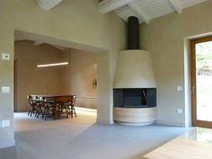 Living e dining room con camino ad angolo: Sala da pranzo in stile In stile Country di Stefano Zaghini Architetto