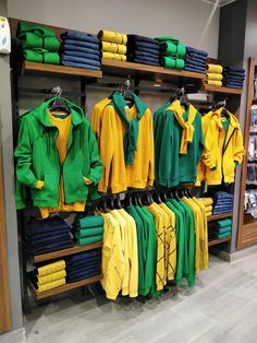 Clothing Store Displays, Clothing Store Design, Organiser Son Dressing, Korean Fashion Summer Casual, Showroom Interior Design, Visual Merchandising Displays, Wear Store, Tie Knots, Business Fashion