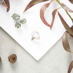 A partir de una lámina de plata se ha creado esta piezas que a base de pliegues y biselados crean un efecto de volumen único