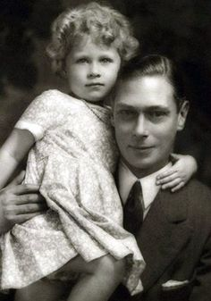 3 years old Princess Elizabeth (later to become Queen Elizabeth) cuddling up to her father George VI. Royal Life, Royal House, Young Queen Elizabeth, Queen Victoria Young, Queen Victoria Family, Royal Family Portrait, Prinz Philip, Die Queen, Queen Elizabeth