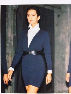 Azzedine Alaia stretch dress Love this look! White collared blouse underneath a navy blue sweater dress with a belt at the waist. 20s Fashion, Office Fashion, Timeless Fashion, Vintage Fashion, Look Office, Office Chic, Paris Girl, Azzedine Alaia, Classy Outfits