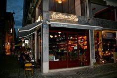 Το κρασί έγινε αφορμή για έξοδο τους τελευταίους μήνες στην Αθήνα. Τα wine bars που άνοιξαν στο κέντρο είναι η απόδειξη αλλά και οι λίστες κρασιών στα ήδη υπάρχοντα μπαρ κι εστιατόρια της πόλης, που διαρκώς εμπλουτίζονται και αναβαθμίζονται...