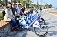 """Kent içindeki 39 kilometrelik bisiklet yolunu 2017 sonunda 90 kilometreye çıkarmaya hazırlanan İzmir Büyükşehir Belediyesi; Sahilevleri, Sarnıç, Harmandalı-Ulukent ve 2. Kordon'da yeni bisiklet yolları oluşturdu. Türkiye'de Bisiklet Master Planı için çalışma başlatan ilk kent olan İzmir'in yeni hedefi, Avrupa Bisiklet Turizm Ağı """"EUROVELO"""" ya girebilmek..  Büyükşehir Belediyesi'nin kente kazandırdığı bisiklet yolları ve kiralık bisiklet sistemi BİSİM'in devreye girmesiyle İzmir'deki…"""