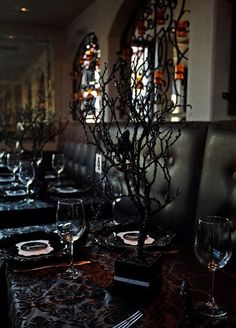 40 Dramatic Halloween Weddings Table Settings | HappyWedd.com