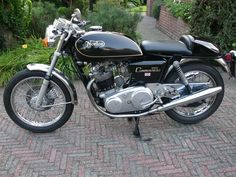 Classic Motors For Sale has classic cars for sale plus a selection of vintage cars from dealers and auctions in UK, US, and Europe. Norton Bike, Norton Cafe Racer, Norton Motorcycle, Cafe Racer Motorcycle, Motorcycle Design, European Motorcycles, Vintage Motorcycles, Vintage Bikes, Vintage Cars