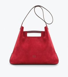 Loewe presents its new two masculine bags: Almeria and Tera.Almeria is a lightweight tote bagmade in suede leather.It has a short handle and longer shoulder strap for carrying over shoulder. Convenient, easy and very functional, is the... »