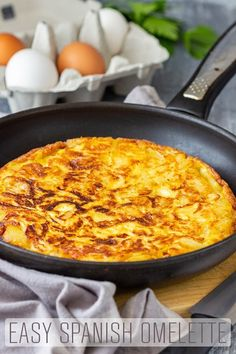 Spanish omelette or Tortilla Espanola is a simple potato recipe dish that can be enjoyed hot or cold, as a starter, main dish or as tapas at a picnic. Easy Potato Recipes, Egg Recipes, Cooking Recipes, Asian Recipes, Soup Recipes, Best Breakfast Recipes, Brunch Recipes, Breakfast Ideas, Spanish Tortilla Recipe