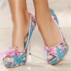 Towering shoes and high heels that look sexy – Shoes Fashion & Latest Trends Dream Shoes, Crazy Shoes, Me Too Shoes, Pretty Shoes, Beautiful Shoes, Hot Shoes, Shoes Heels, Stilettos, Pumps