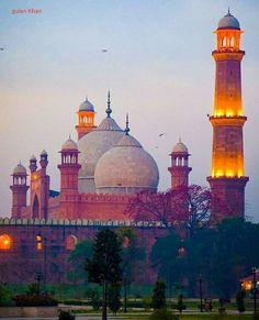 So beautiful photography of wonderful Badshahi mosque Lahore Punjab Pakistan Pakistan Tourism, Pakistan Travel, Lahore Pakistan, Pakistan Railways, Mosque Architecture, Modern Architecture, Pakistan Pictures, Le Taj Mahal, Places To Travel