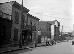 Maisons ouvrières de la rue Beaudoin dans le quartier Saint-Henri, août 1945.  Centre d'archives de Montréal (P48,S1,P11908). Conrad Poirier.