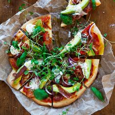 Avocado and prosciutto go so well together on pizza, and this recipe is a real crowd pleaser! If you don't have prosciutto, use chopped up pieces of crispy bacon. Green Pizza, Prosciutto Pizza, New Recipes, Cooking Recipes, Tamarind Chutney, Onion Relish, How To Make Pizza, Us Foods, Avocado Toast
