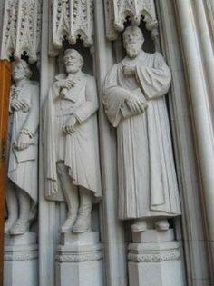 Esculturas no lado direito da capela da Universidade Duke. O primeiro retratado, ao fundo, é Thomas Jefferson. A Universidade Duke fica em Durham, na Carolina do Norte, USA.