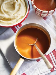 Whether for chicken, turkey, mashed potatoes or poutine, this holiday-friendly gravy recipe is so easy, the kids can make it! Bearnaise Sauce, Poutine, Vegan Parmesan, Chicken Gravy, Aleta, Xmas Food, Cordon Bleu, Sauce Recipes, Food Porn