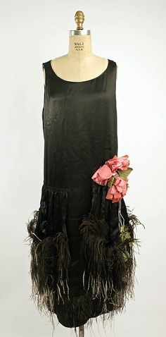 Evening dress Design House: House of Premet (French) Date: ca. 1925 Culture: French Medium: silk, feathers Dimensions: Length at CB: 38 in. cm) Credit Line: Gift of Mrs. 20s Fashion, Fashion History, Art Deco Fashion, Vintage Fashion, Fashion Design, 1920s Outfits, Vintage Outfits, Vestido Art Deco, Style Année 20